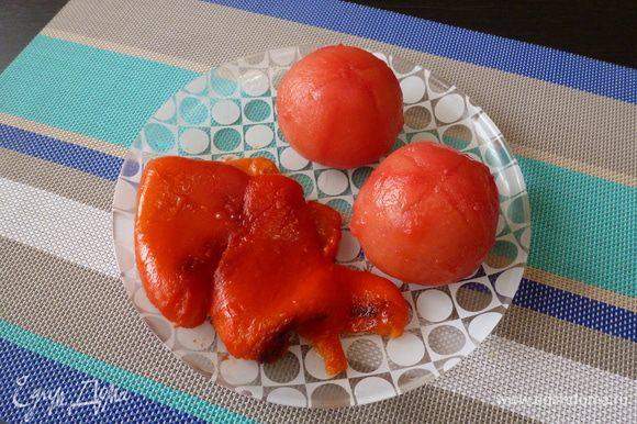 Сладкий перец и помидоры почистим от шкурки.