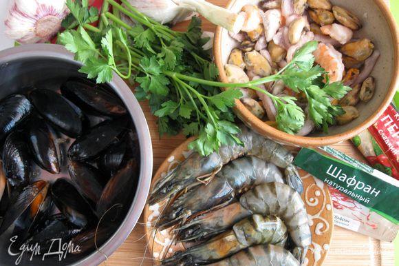 Заранее сварить рыбный бульон из головы, плавников и обрезков рыбы, добавив специи и лук, стебель сельдерея. Процедить. Поскольку рыбный бульон соленый, будьте аккуратны при добавлении соли в блюдо при приготовлении. Приготовить необходимые морепродукты. Чеснок почистить.