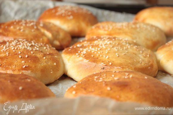 Выпекайте в хорошо разогретой духовке при 200°С в течение 15-20 минут (в зависимости от размера). Достаньте готовые булочки из духовки, накройте полотенцем и дайте отдохнуть 30-40 минут.