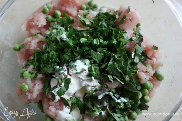 В миску с мясом добавить горошек, травы и 75 мл сливок, приправить солью, перцем и хорошо перемешать.
