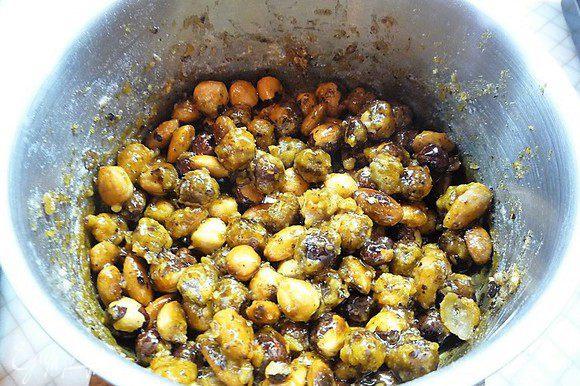 Затем перекладываем их в кастрюлю и держим на слабом огне, понемногу подсыпая сахарную пудру, и помешиваем по мере того, как она будет таять, и орехи покрываться карамелью.