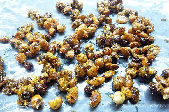 Затем выкладываем орехи на смазанную сливочным маслом пекарскую бумагу, даем остыть и ломаем на кусочки.