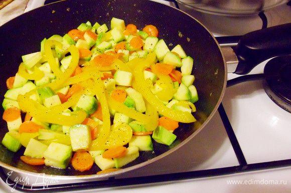 Готовить до мягкости овощей, посолить, поперчить.