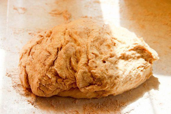 В поднявшееся тесто добавляем столько муки, сколько «возьмет». Тесто должно быть не липким. Хорошо вымешиваем. Раскатываем половину теста в тонкий пласт.
