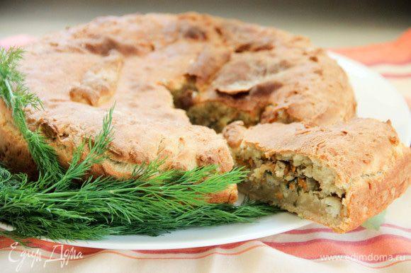 Пирог лучше подавать теплым. Разлетится — не успеете заметить! Приятного аппетита и весеннего аромата!