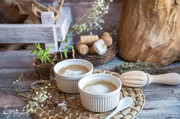 Перед подачей каждую креманку посыпаем 1 столовой ложкой сахара.