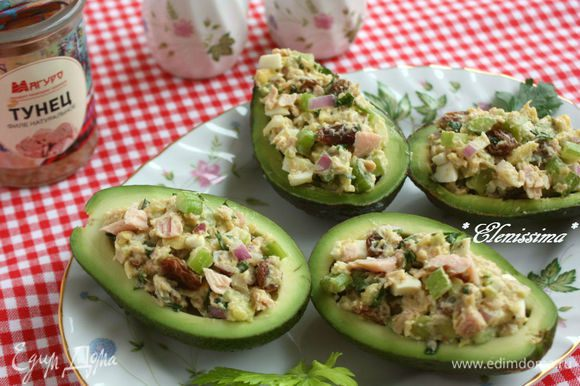 Наполнить салатом подготовленные половинки авокадо. Изюм можно заменить виноградом, разрезанным пополам.