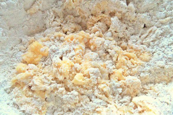 Перемешать. Если у вас арахис не соленый, добавьте щепотку или две соли.