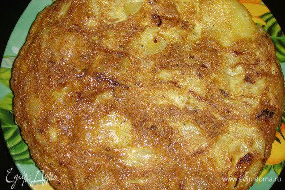 Готовую тортилью выложить на блюдо, нарезать порционными кусками и подавать к столу.
