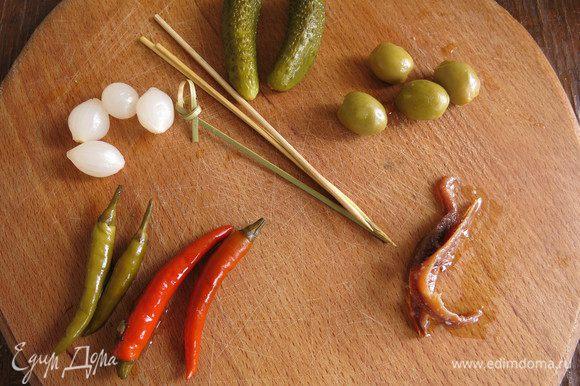 Подготовим перец маринованный, оливки, анчоусы, огурцы и шпажки.