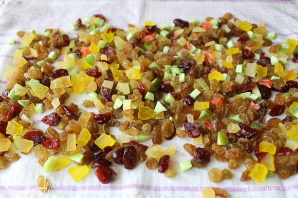 Пока опара будет набираться сил, нарежьте цукаты, помойте и обсушите изюм. Нарежьте обжаренные орехи.