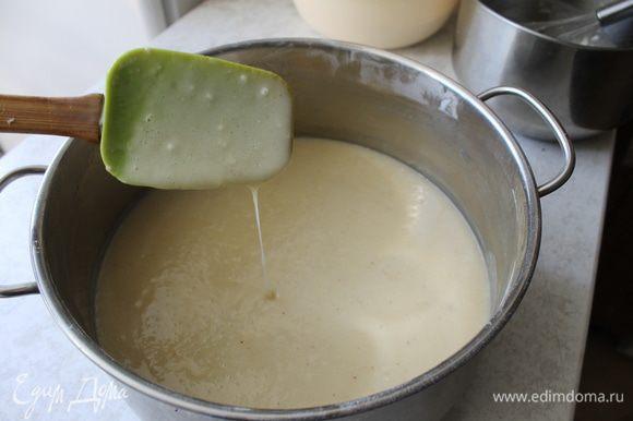 Добавьте в яичную смесь, молоко (я готовлю на кефире), дрожжи, сливочное масло и 1,5 ст. муки. Замесите опару, она должна быть по консистенции, как тесто для блинов. Поставьте в теплое место для брожения.