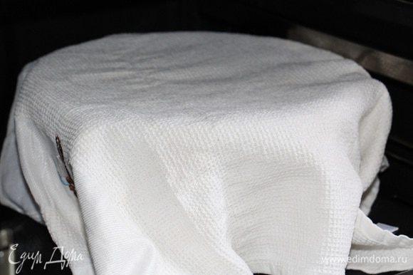 Готовим опару: Подогреваем 240 мл сливок (до теплого состояния, не доводя до кипения), добавляем 2 ч. л. сахара и 11 г сухих дрожжей. Хорошо перемешиваем и оставляем на 5 минут до набухания дрожжей. По истечении 5 минут вливаем полученную жидкую массу в 170 г муки, перемешиваем, накрываем полотенцем и отправляем в теплое место подходить минут на 25-30.