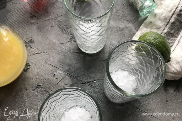 Возьмите стаканы хайбол, на дно выложите часть льда.