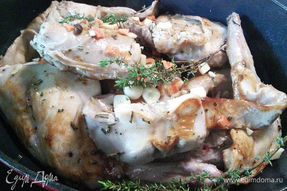 Выложить кролика к овощам, влить маринад, тушить 1,5 часа, иногда аккуратно помешивать.