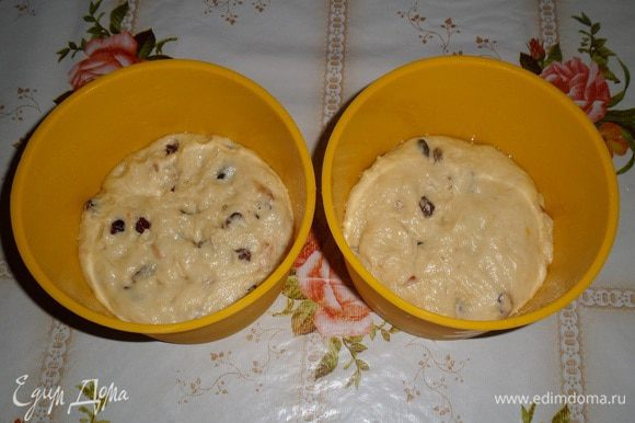 Тесто делим на 2 части. Выкладываем в смазанные маслом формы для куличей. Оставляем в теплом месте на 30 минут.