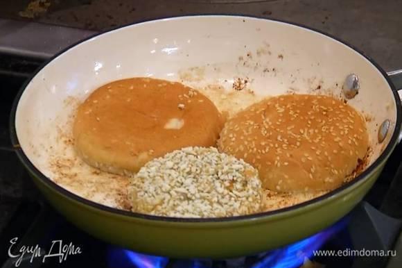 Сковороду, где жарились грибы, протереть бумажным полотенцем, разогреть в ней оставшееся оливковое масло и пожарить котлеты с двух сторон, а половинки булок — с одной стороны, срезом вниз.