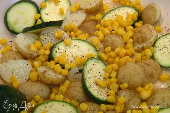 Цукини нарезать толстыми кружками, выложить в сковороду с овощами, все посолить и поперчить, затем добавить кукурузу, перемешать и обжарить.
