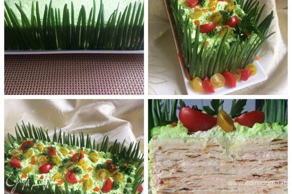 Перья молодого зеленого лука выкладываем по периметру торта, получился такой «заборчик». Выкладываем помидорки для яркости. Вот такой получился закусочный торт «Наполеон».