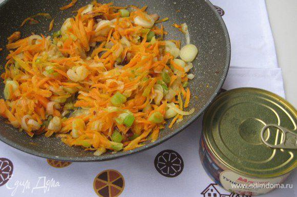 Лук порезать колечками, морковь натереть на крупной терке. Обжарить овощи на растительном масле.