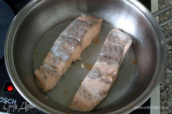 В это время приготовить начинку. Можно было для начинки брать сырую рыбу, ведь свиной фарш в подобные пирожки кладут сырой, а рыба гораздо быстрее готовится. Но я решила припустить филе лосося в сотейнике с небольшим количеством воды. Буквально 3–4 минуты под крышкой.