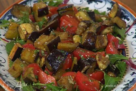 Листья салата выложить в большое блюдо, сверху поместить помидоры и баклажаны.