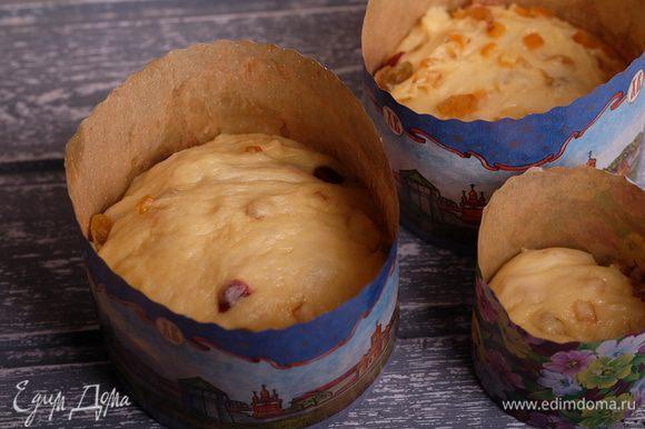 Разложить тесто по формам для выпечки и поставить в теплое место на полтора часа.