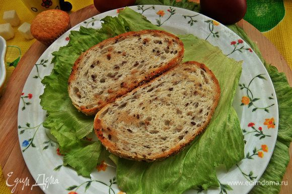Хлеб положить на листья салата.