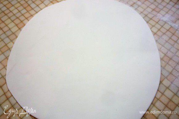 Раскатываем пласт из марципана по диаметру кекса, по желанию фигурно обрезаем края.