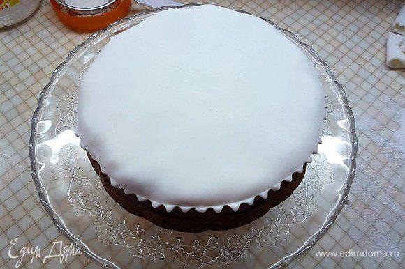 Смазываем верх кекса небольшим количеством абрикосового джема и покрываем пластом из марципана.