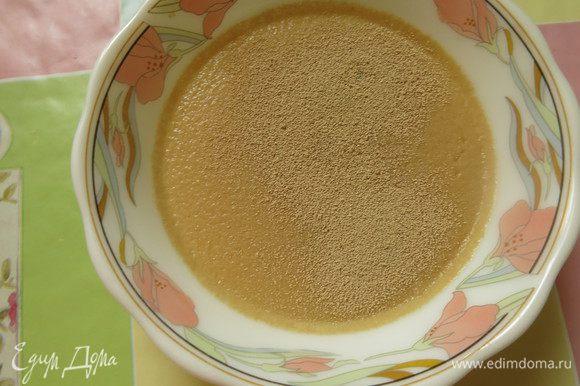 Нагреваем сыворотку (молоко), кладем чайную ложку сахарной пудры и разводим дрожжи.