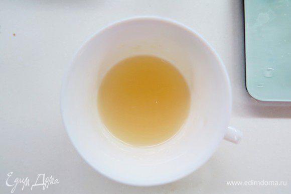 Желатин предварительно замочить в 40 г воды до набухания, затем нагреть до растворения. Распущенный желатин влить тонкой струйкой в теплые сливки.