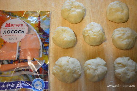 Защипнуть, получится 8 больших шариков из теста с масляным шариком внутри. :)