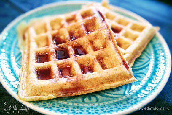 Вафли можно подавать, полив кленовым или клюквенным сиропом, медом, подавать с вареньем, нутеллой и т. д.