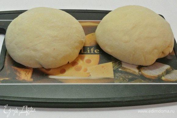 Тесто после расстойки обмять, разделить на 2 части, подкатать в шары. Накрыть пленкой и оставить на 15 минут.
