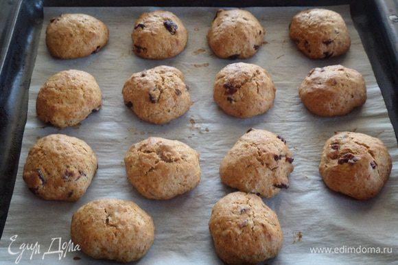 Помещаем противень в разогретую духовку и выпекаем печенье 20 минут при 180°С. (Ориентируйтесь на свою духовку).