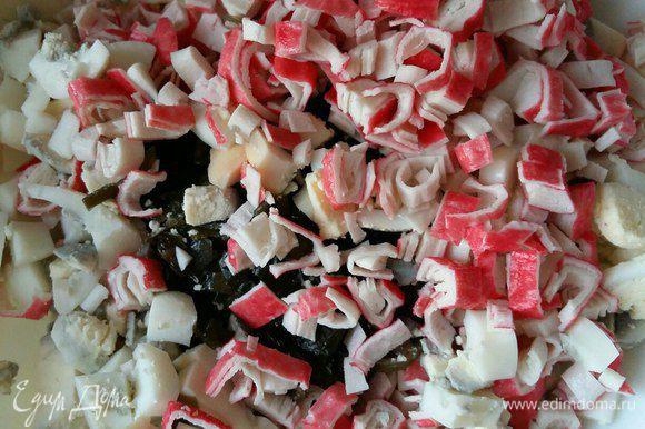 Берем пачку крабовых палочек либо крабового мяса (что есть под рукой), чистим от пленки, нарезаем также кубиками и отправляем в салатник. Можно добавить маленькую головку репчатого лука (кому нравится), но мы этого не делаем. Зелень я в салат не добавляю, считаю, что теряется вкус морской капусты.