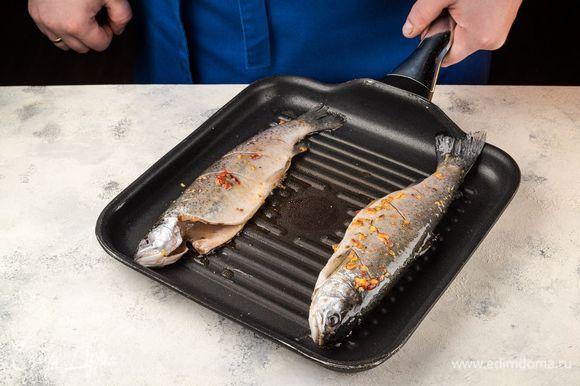 На хорошо разогретой сковороде-гриль пожарьте рыбу по 5–8 минут с каждой стороны. Аналогично можно приготовить рыбу и на открытом гриле.