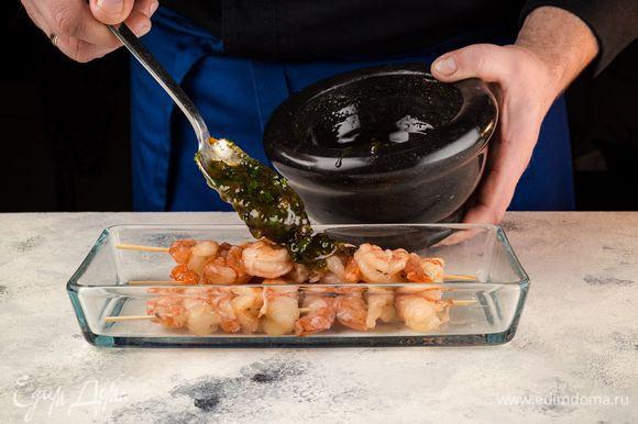Креветки ТМ «Магуро» нанизывайте на шпажки, залейте маринадом в глубокой емкости и оставьте мариноваться на несколько часов. Периодически перемешивайте креветки, чтобы маринад равномерно пропитал их.