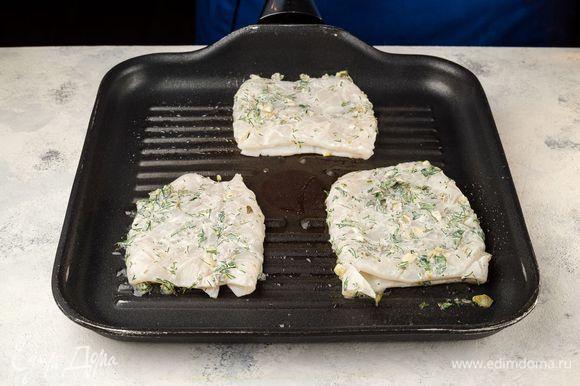 Пожарьте кальмары на разогретой сковороде-гриль по 1–2 минуты с каждой стороны.