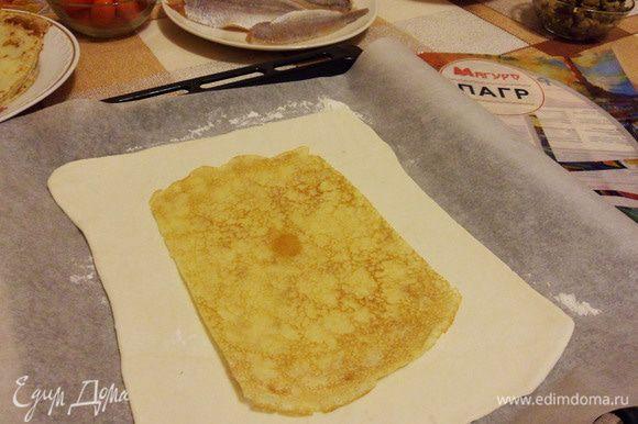 Блины обрезаем с двух сторон, выкладываем на раскатанное бездрожжевое тесто.