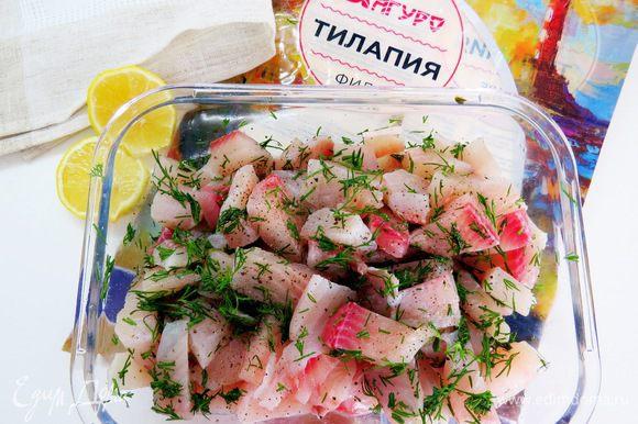 Кусочки рыбы посолить, поперчить, добавить порезанный укроп, полить соком лимона. Убрать в холодильник минут на 30.