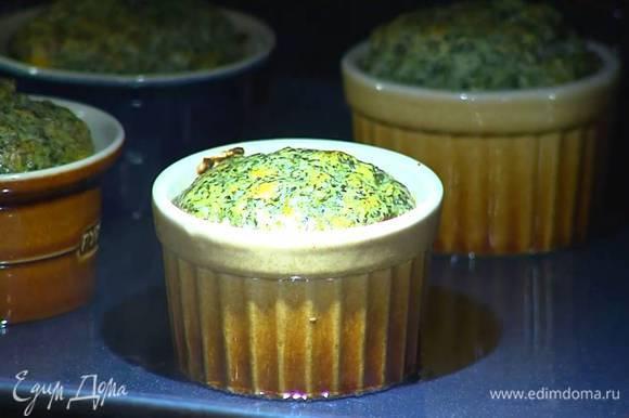 Поместить противень в разогретую духовку, влить горячую воду так, чтобы формы на треть были погружены в жидкость, и выпекать 25‒30 минут.