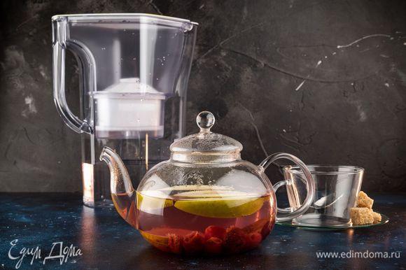 Процедите напиток и разлейте по бокалам. Чай можно подавать горячим или холодным.