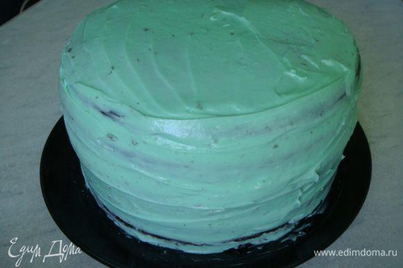 Обмазываем верх и бока торта кремом.