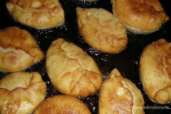Теперь жарим их в растительном масле до зарумянивания. Т.к. пирожки небольшие, то и масла мне понадобилось немного, примерно 100-120 мл.