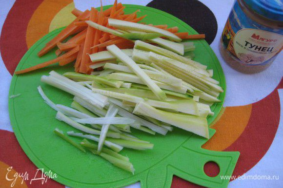 Морковь, цукини, черешковый сельдерей очистить, нарезать тонкой соломкой. Перья зеленого лука нарезать длиной, одинаковой с овощами.
