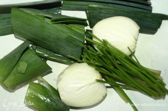 От лука порея отделить зеленую часть, репчатый лук очистить и разрезать на две части, от петрушки отделить стебли.