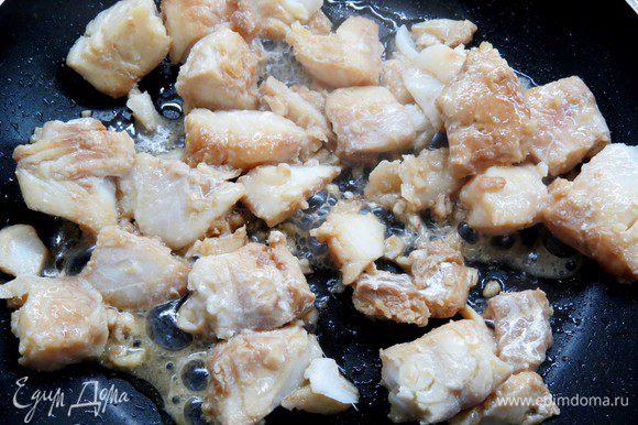 На другой сковороде обжариваем подготовленную рыбу (без маринада) 3-4 минуты.