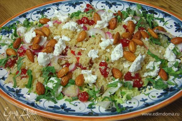 Посыпать салат измельченным базиликом и обжаренными орехами.